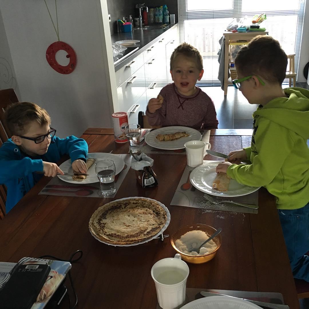 #goedemorgen365 #oma heeft #pannenkoeken gebakken #lunch met 3 #kleuters aan tafel