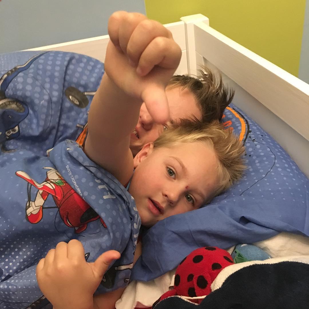 #goedemorgen365 gezellig #mama komt bij Tim in bed #knuffelen #vrijdagochtend