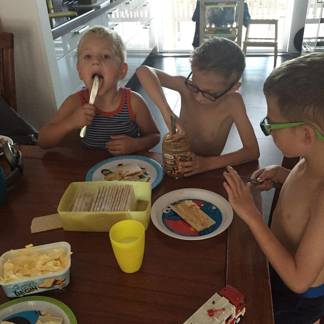 #goedemorgen365 lekker zelf crackers smeren #bas en #wim #neefjes zijn er ook