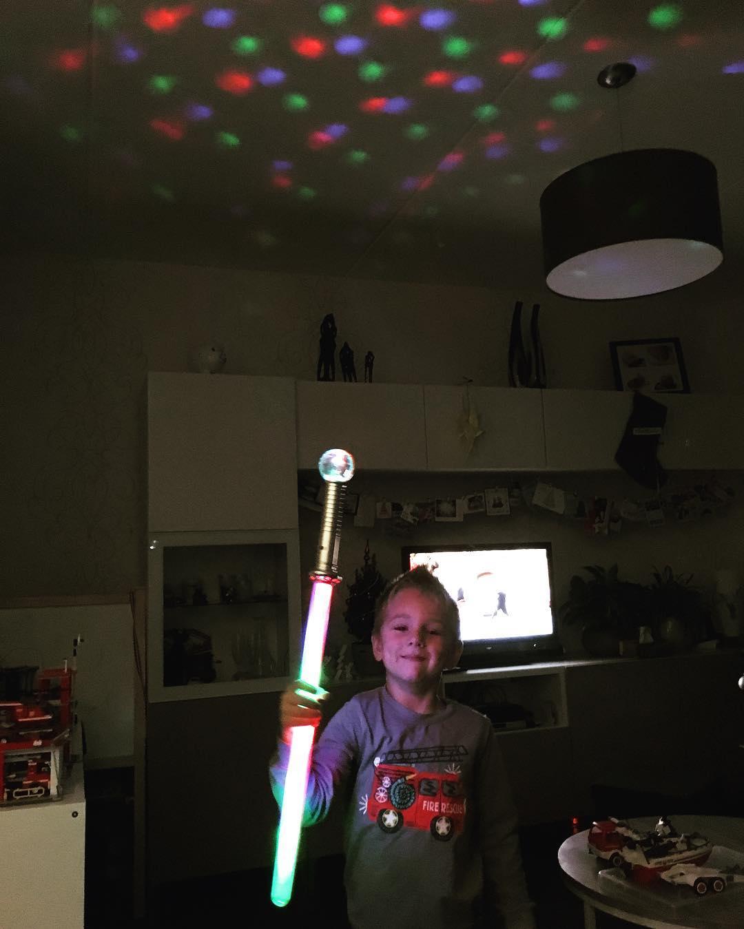 #goedemorgen365 Tim maakt #disco met zijn nieuwe #zwaard